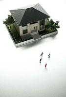 ミニチュア模型の家と人形