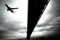 飛行機と橋 02441000206| 写真素材・ストックフォト・画像・イラスト素材|アマナイメージズ