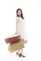 ショッピングバッグを両手に持ち笑っている女性 02441001263| 写真素材・ストックフォト・画像・イラスト素材|アマナイメージズ
