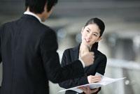 打ち合わせをするビジネスマンとビジネスウーマン 02442000113| 写真素材・ストックフォト・画像・イラスト素材|アマナイメージズ