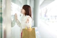 ウィンドウショッピングする女性 02442000301| 写真素材・ストックフォト・画像・イラスト素材|アマナイメージズ
