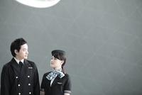 パイロットと客室乗務員 02442000602| 写真素材・ストックフォト・画像・イラスト素材|アマナイメージズ
