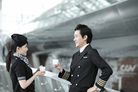 パイロットと客室乗務員 02442000604| 写真素材・ストックフォト・画像・イラスト素材|アマナイメージズ