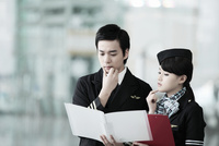 ファイルを見ているパイロットと客室乗務員 02442000610| 写真素材・ストックフォト・画像・イラスト素材|アマナイメージズ
