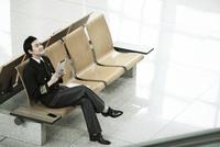 タブレットPCを持っているパイロット 02442000627| 写真素材・ストックフォト・画像・イラスト素材|アマナイメージズ