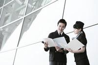 パイロットと客室乗務員 02442000635| 写真素材・ストックフォト・画像・イラスト素材|アマナイメージズ