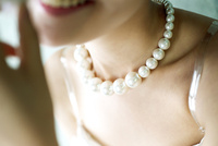 ネックレスをした女性 02442000938| 写真素材・ストックフォト・画像・イラスト素材|アマナイメージズ