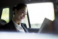 車内で書類を見るビジネスウーマン