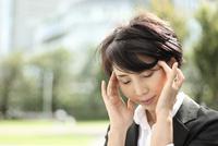 頭に頭痛を感じている中年女性 02442001151| 写真素材・ストックフォト・画像・イラスト素材|アマナイメージズ