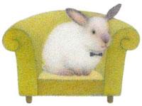 ソファーに座る蝶ネクタイをしたウサギ