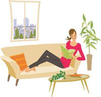 雑誌を読みながらソファでくつろぐ