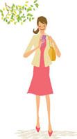 携帯電話を持って歩く女性
