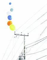 電柱とカラフルな風船 02461000005| 写真素材・ストックフォト・画像・イラスト素材|アマナイメージズ