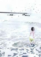 海に入る子供と飛ぶ鳥