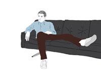 ソファでくつろいでいる男性