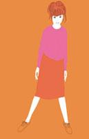 ピンクの服を着た立ち姿の女性