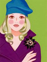紫のコートを着て腕を組んでいる女性