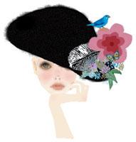 コサージュのついた黒い帽子をかぶった女性