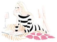 ベッドで寝転んで本を見ている女性 02463000060| 写真素材・ストックフォト・画像・イラスト素材|アマナイメージズ