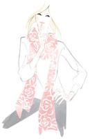 花柄のショールを羽織り、顎に指をあてている女性