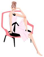 椅子に腰掛けている、ピンクのドレスの女性