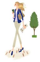 英字新聞を片手にコーヒーを飲みながら歩く女性 02463000081| 写真素材・ストックフォト・画像・イラスト素材|アマナイメージズ