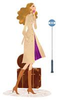 バス停で携帯電話をかけている女性 02463000085| 写真素材・ストックフォト・画像・イラスト素材|アマナイメージズ