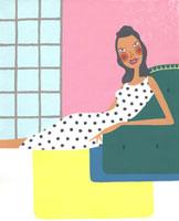 ソファに寄りかかっている女性 02463000098| 写真素材・ストックフォト・画像・イラスト素材|アマナイメージズ