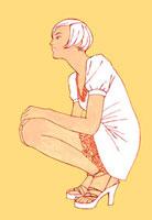 しゃがんでいる横向きの女性 02463000145| 写真素材・ストックフォト・画像・イラスト素材|アマナイメージズ