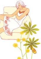 ソファに座る女性と植物 02463000149| 写真素材・ストックフォト・画像・イラスト素材|アマナイメージズ