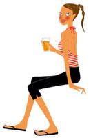 ビールを飲んでいる女性 02463000225| 写真素材・ストックフォト・画像・イラスト素材|アマナイメージズ