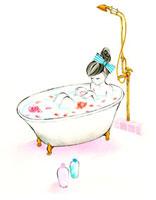花を浮かせたお風呂に入っている女性