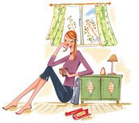 窓際でカップを持ってくつろいでいる女性 02463000265| 写真素材・ストックフォト・画像・イラスト素材|アマナイメージズ