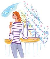窓際でアイスティを飲んでいる女性 02463000269| 写真素材・ストックフォト・画像・イラスト素材|アマナイメージズ