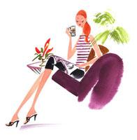 ソファで雑誌を見ている女性