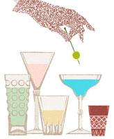 女性の手とお酒の入ったグラス