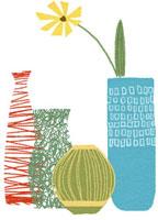 いろいろな形をした花瓶と黄色の花 02463000342| 写真素材・ストックフォト・画像・イラスト素材|アマナイメージズ