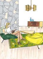 リビングで本を読んでいる女性 02463000355| 写真素材・ストックフォト・画像・イラスト素材|アマナイメージズ