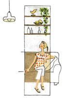 リビングのソファに座る女性 02463000364| 写真素材・ストックフォト・画像・イラスト素材|アマナイメージズ