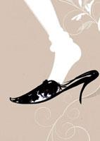 女性の足とヒール