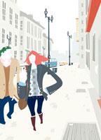 街中を歩きながら会話するカップル