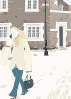携帯電話で話ながら街中を歩く女性