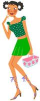 小さいカゴをもちながら歩いている夏服の女性