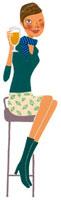 イスに座ってビールを片手にウィンクをする女性 02463000520| 写真素材・ストックフォト・画像・イラスト素材|アマナイメージズ