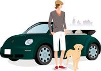 車の前に佇む男性と犬