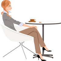 カフェでイスにすわって休憩している女性