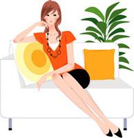 ソファに座って微笑む30代女性