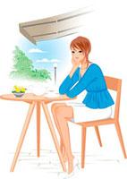 オープンカフェのイスに座っている女性