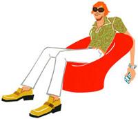 赤いソファに座っているサングラスをした男性 02463000557| 写真素材・ストックフォト・画像・イラスト素材|アマナイメージズ