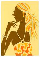 花柄の服を着てあごに手を当てている女性